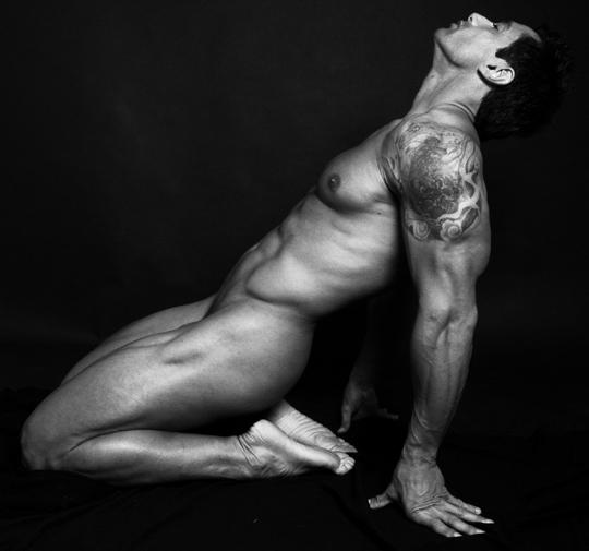 Modelo masculino desnudo negro grande